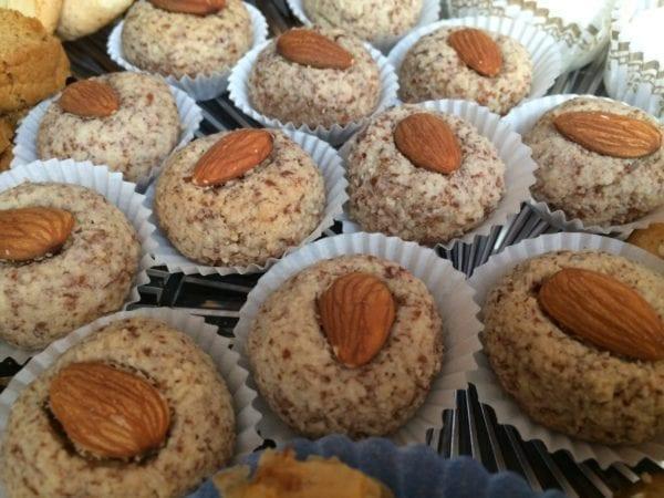Petite almond balls